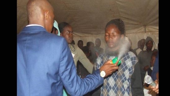 pastor-fumiga-a-sus-fieles