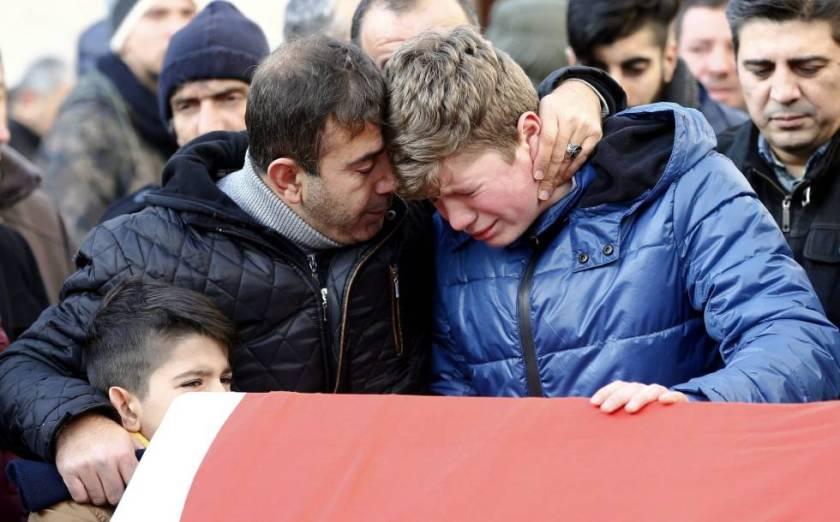 familiares-lloran-durante-el-funeral-de-una-de-las-victimas-del-ataque-a-la-discoteca-de-estmabul