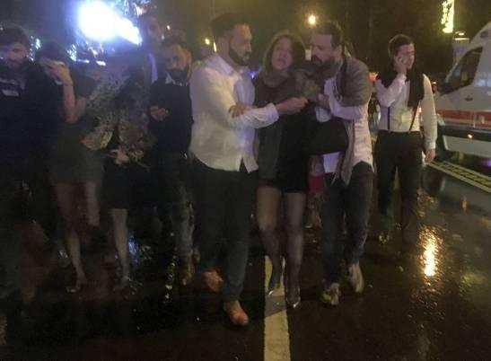 un-grupo-de-jovenes-abandonan-la-discoteca-reina-despues-del-atentado-yihadista-de-nochevieja