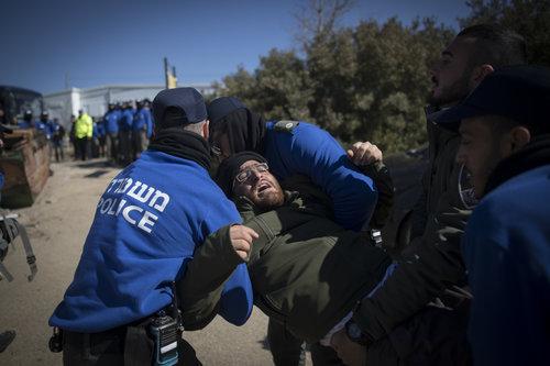 fuerzas policiales israelíes llevan a cabo la evacuación de Amona como residente resiste a la orden de la corte proceso de 2 de febrero de Crédito: Yonatan Sindel / Flash90.