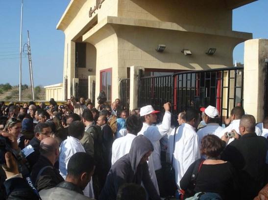 Passengers-waiting-at-the-Rafah-border-crossing
